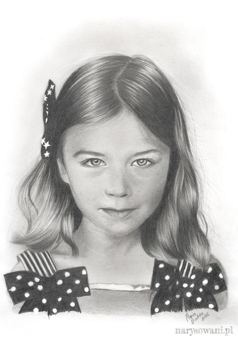 Portret pięknej dziewczynki z kokardą wpiętą we włosy.