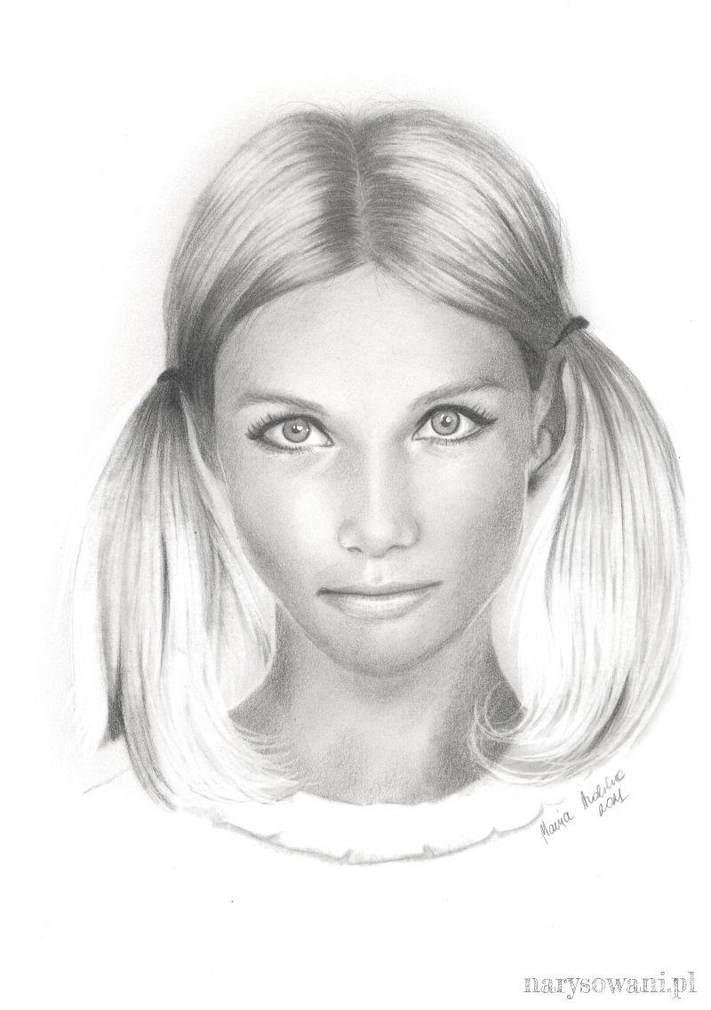 Portret młodej kobiety z dwiema kitkami po bokach głowy.
