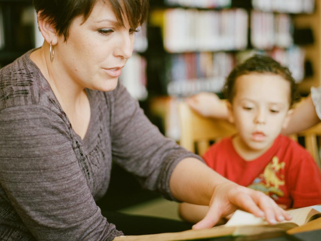professora aplicando projeto de leitura