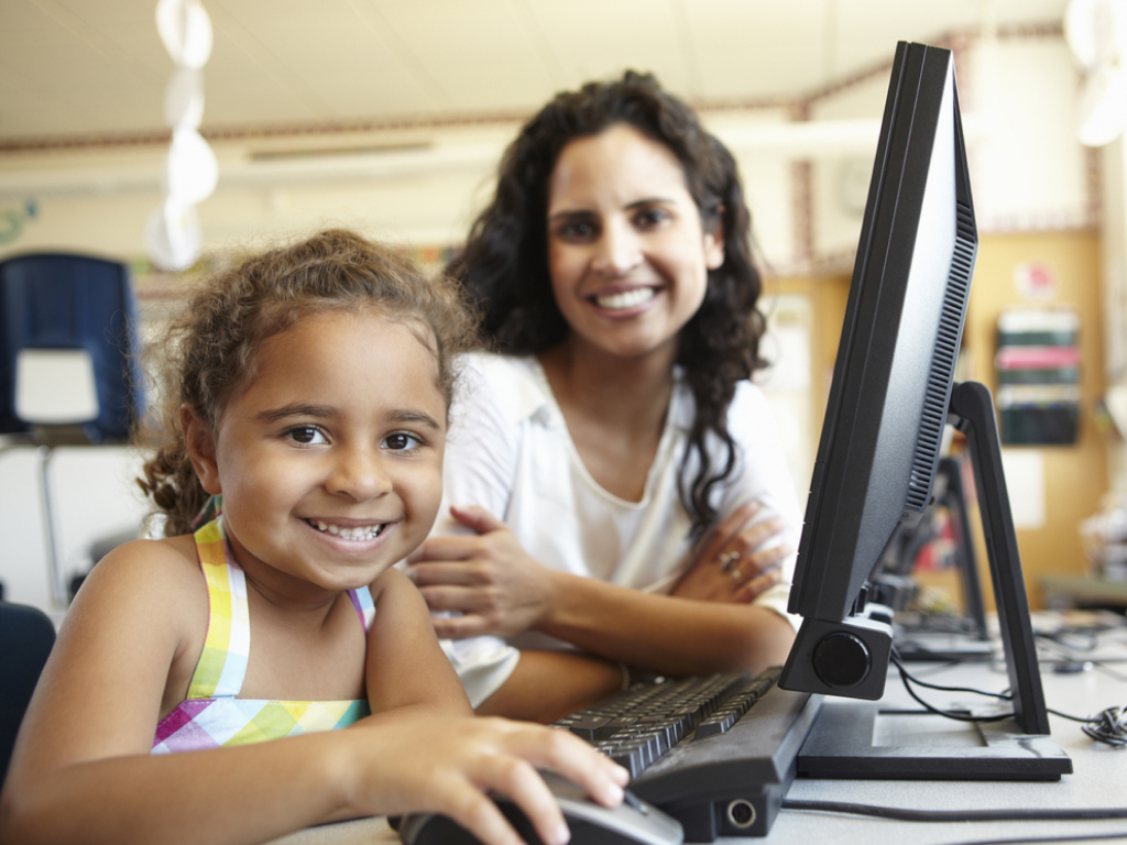 aluna aprende letramento digital na escola
