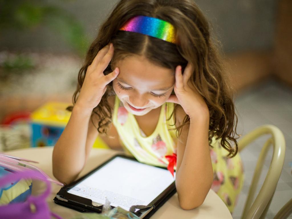 menina lendo livro digital