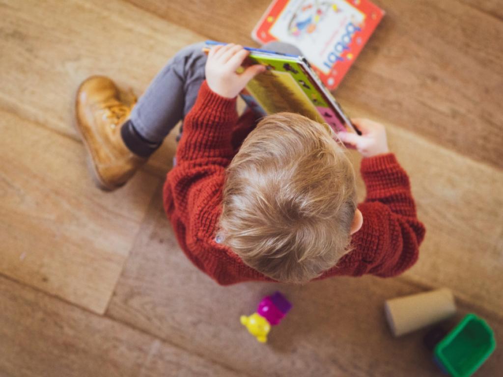 criança lê de forma lúdica