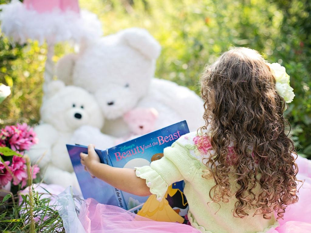 criança lê livros em inglês