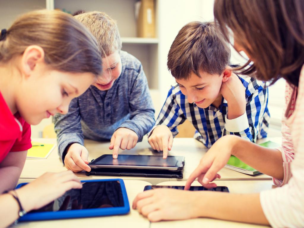 professora praticando metodologias ativas com alunos