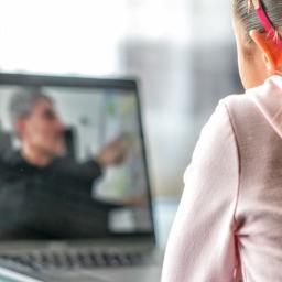 aluna assistindo aulas online