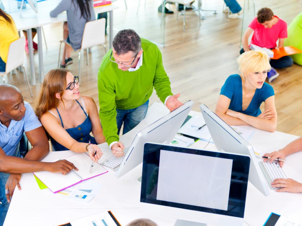 professores e coordenadores aplicando gestão democrática na escola
