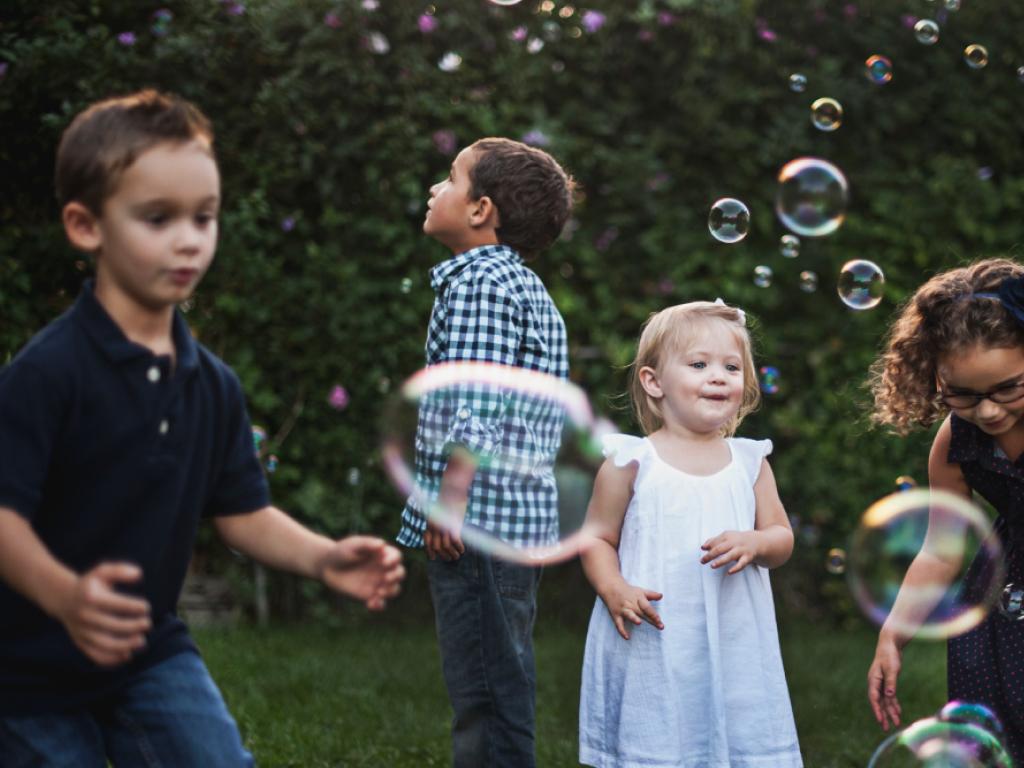 crianças brincando na grama