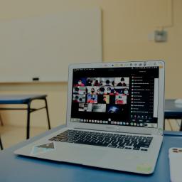 alunos e professores em evento online
