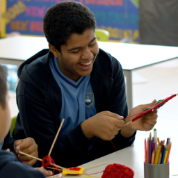 aluno da educação especial fazendo atividade