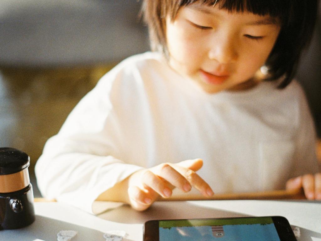 criança lendo durante as férias escolares