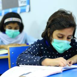 alunos com máscara em sala de aula depois do recesso escolar