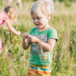 criança brinca no jardim