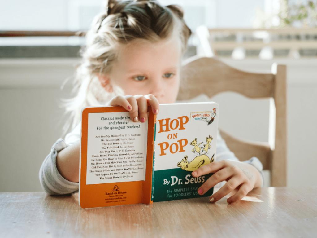 criança praticando leitura em inglês