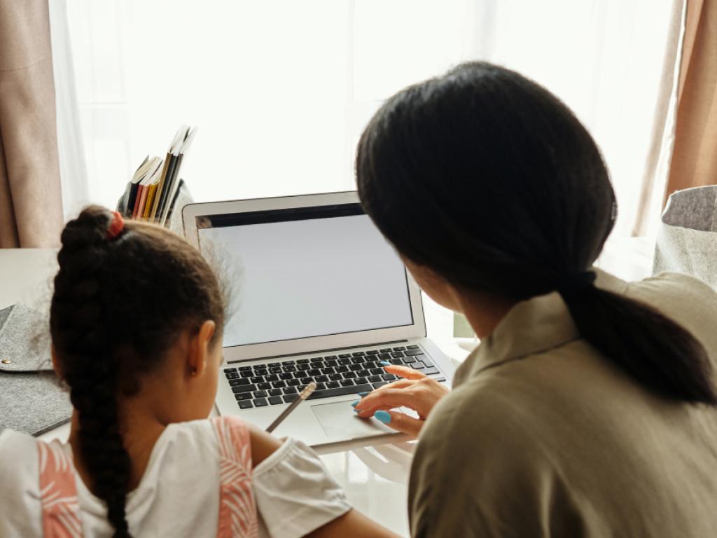 mãe e filha estudando em casa