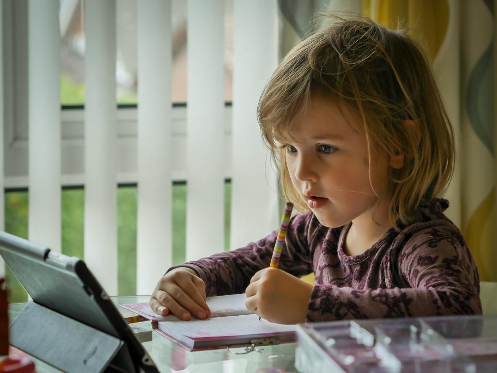 criança realizando atividade de leitura em inglês
