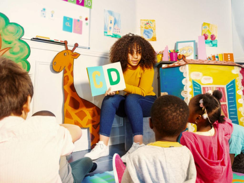 professora realiza atividades de leitura com alunos