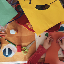 aluno fazendo atividade em sala de aula