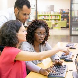 educadores realizando projetos