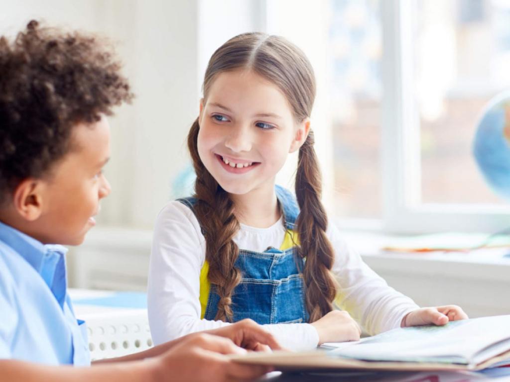 alunos lendo juntos
