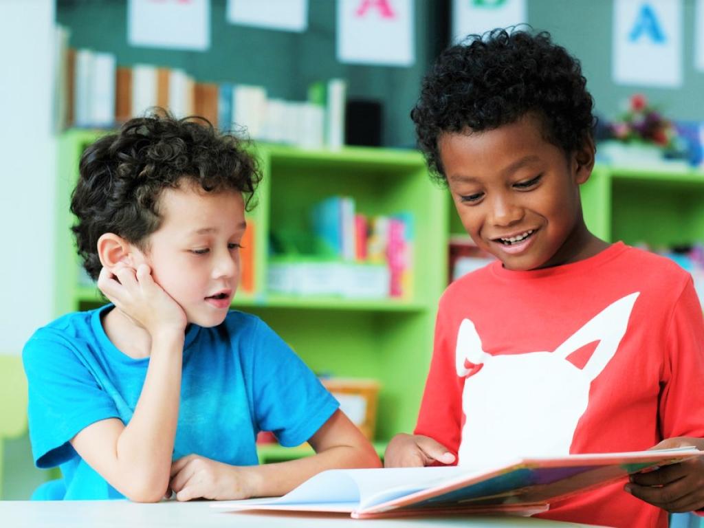 alunos lendo de forma lúdica