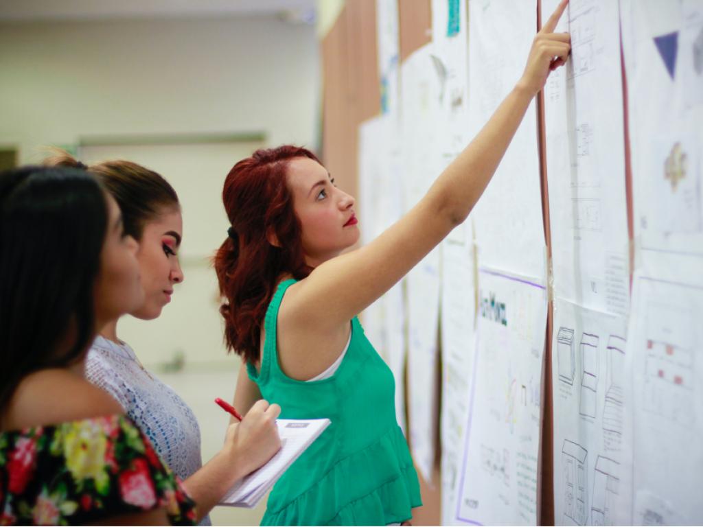 educadores trabalhando interdisciplinaridade na escola
