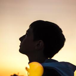 aluno olhando pro horizonte