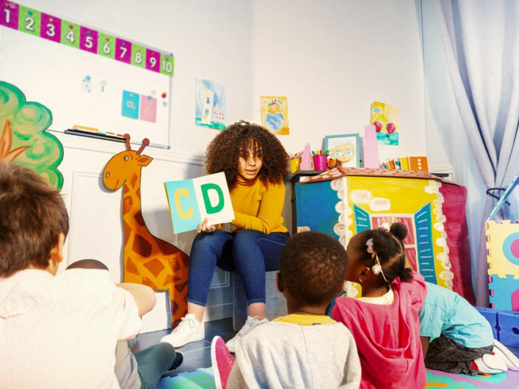 professora lendo para alunos da educação infantil