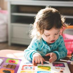 criança da educação infantil lendo