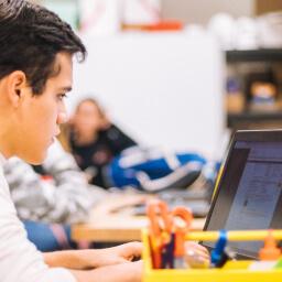 aluno usando tecnologia educacional