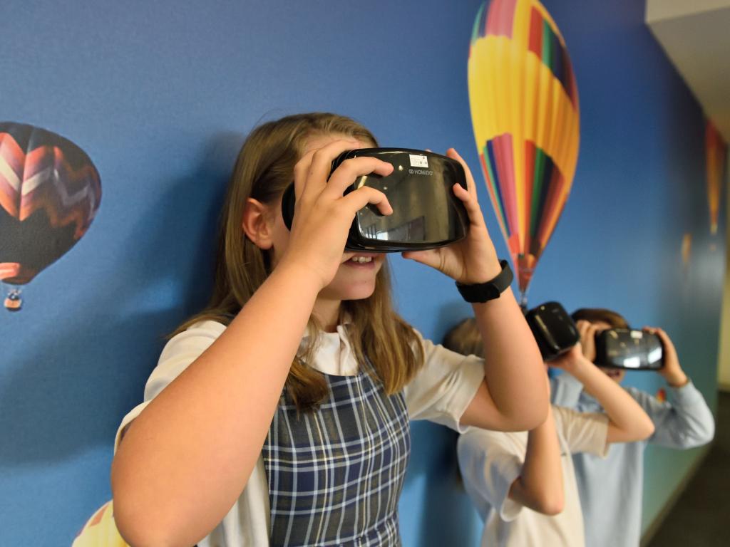 menina usa tecnologia em sala de aula