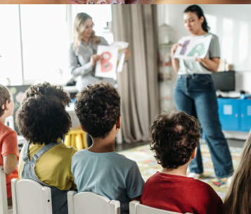 crianças assistem brincadeira com leitura