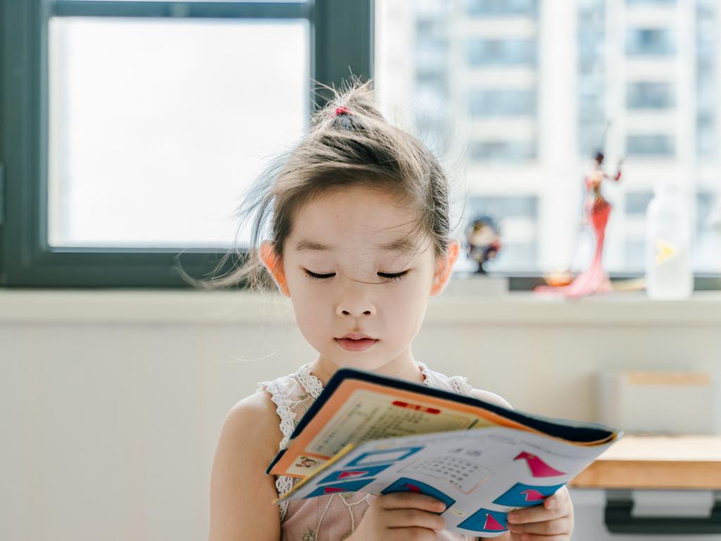 criança pratica leitura na educação infantil