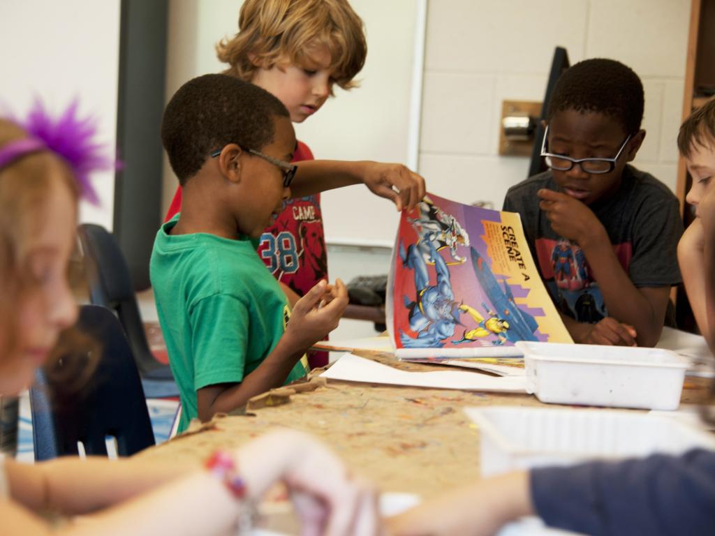 alunos lendo em sala de aula