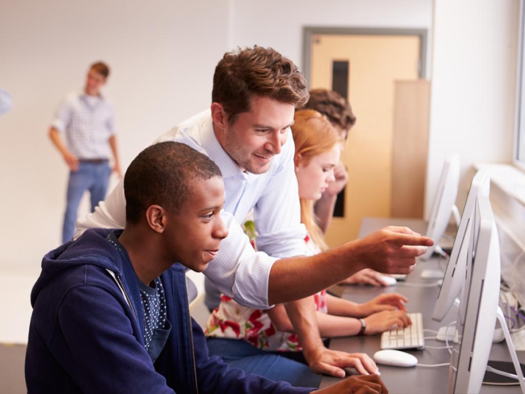 Aluno e professor usando plataformas educacionais gratuitas