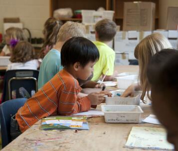 aluno participando de atividade em sala de aula