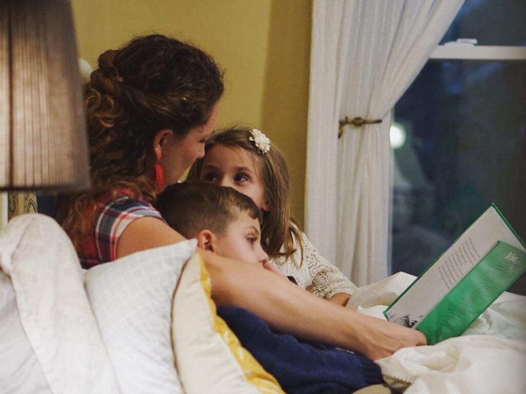 mulher e crianças fazendo leitura partilhada