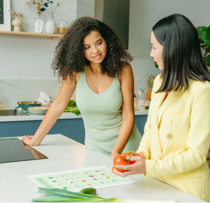 Nutritionist discussing healthy options with client