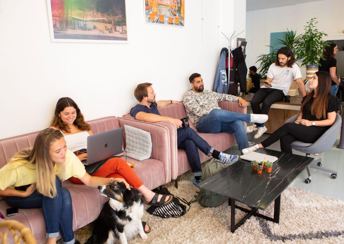 Photo des bureaux de Masteos sur les canapés